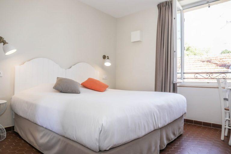 Nos chambres côtés cour sont confortables et très bien équipées.