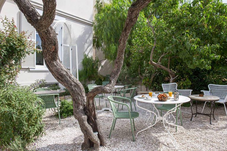 Faites une pause farniente dans le jardin de notre hôtel.
