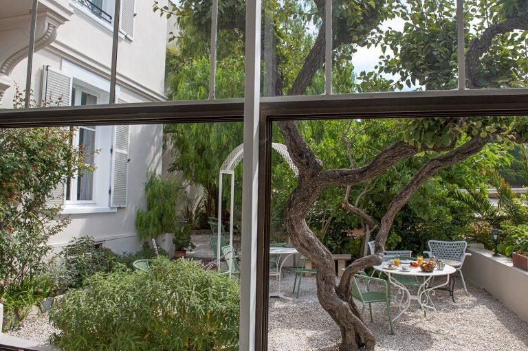 Notre jardin, idéal pour une pause à l'ombre ou au soleil. Faites votre choix.