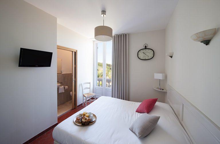 Découvrez le charme de notre petite chambre avec balcon.