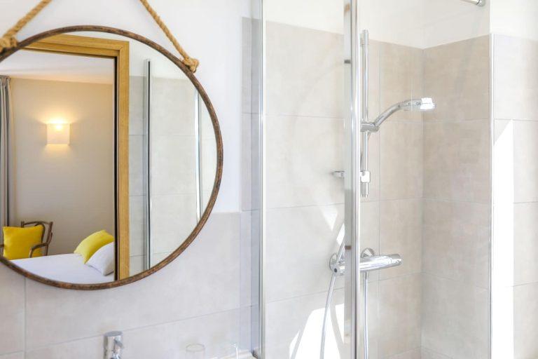 Gros plan sur la salle de bain d'une chambre vue mer.