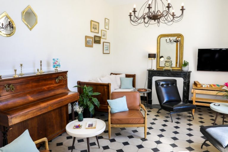 Un salon confortable pour une pause lecture ou musicale.