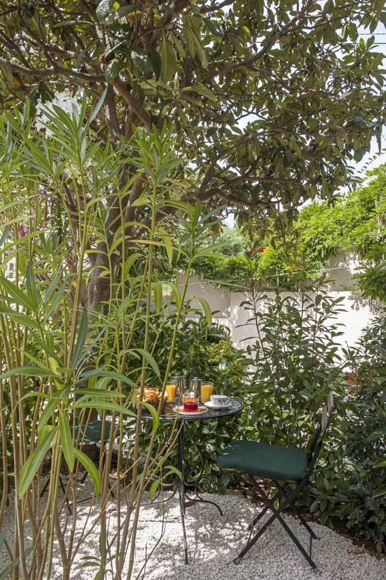 Découvrez l'une de nos chambres avec terrasse en rez-de-jardin.